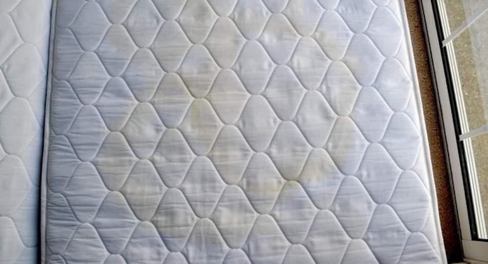 verf rbungen oder flecken auf der matratze mit diesen 3 zutaten wirst du sie direkt los. Black Bedroom Furniture Sets. Home Design Ideas
